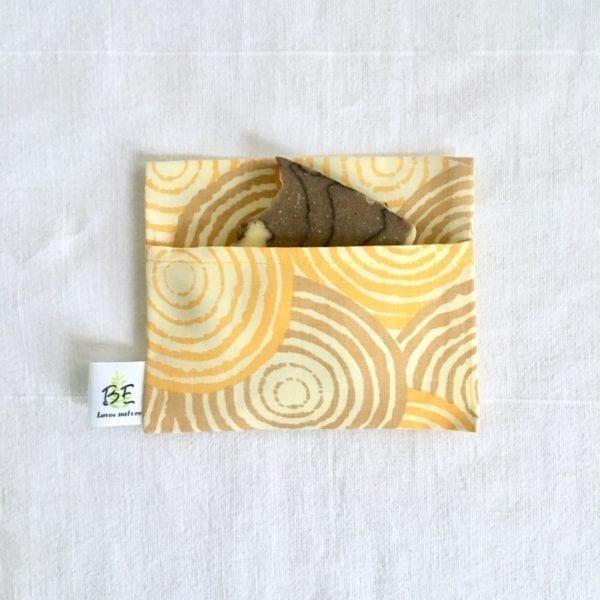 Pochette savon imperméable format portefeuille spirales jaunes