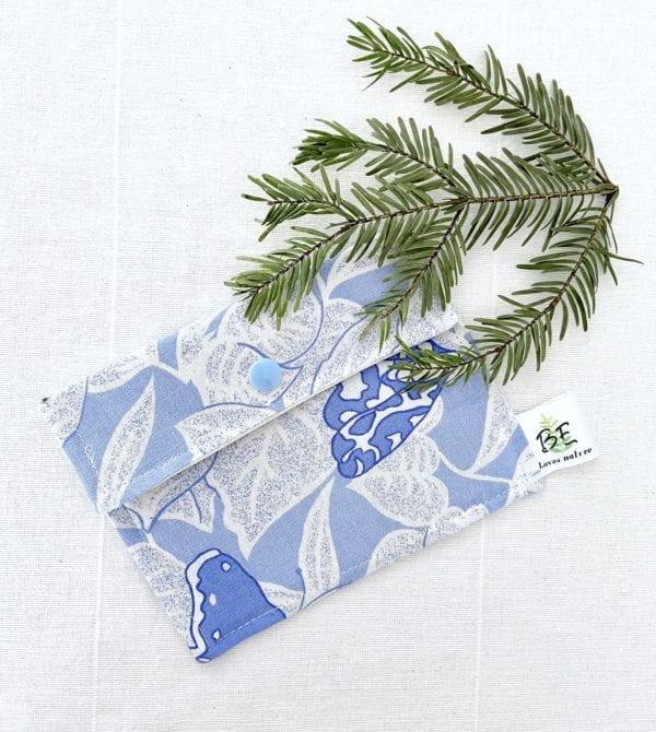 pochette savon imperméable bleue fleurs blanches