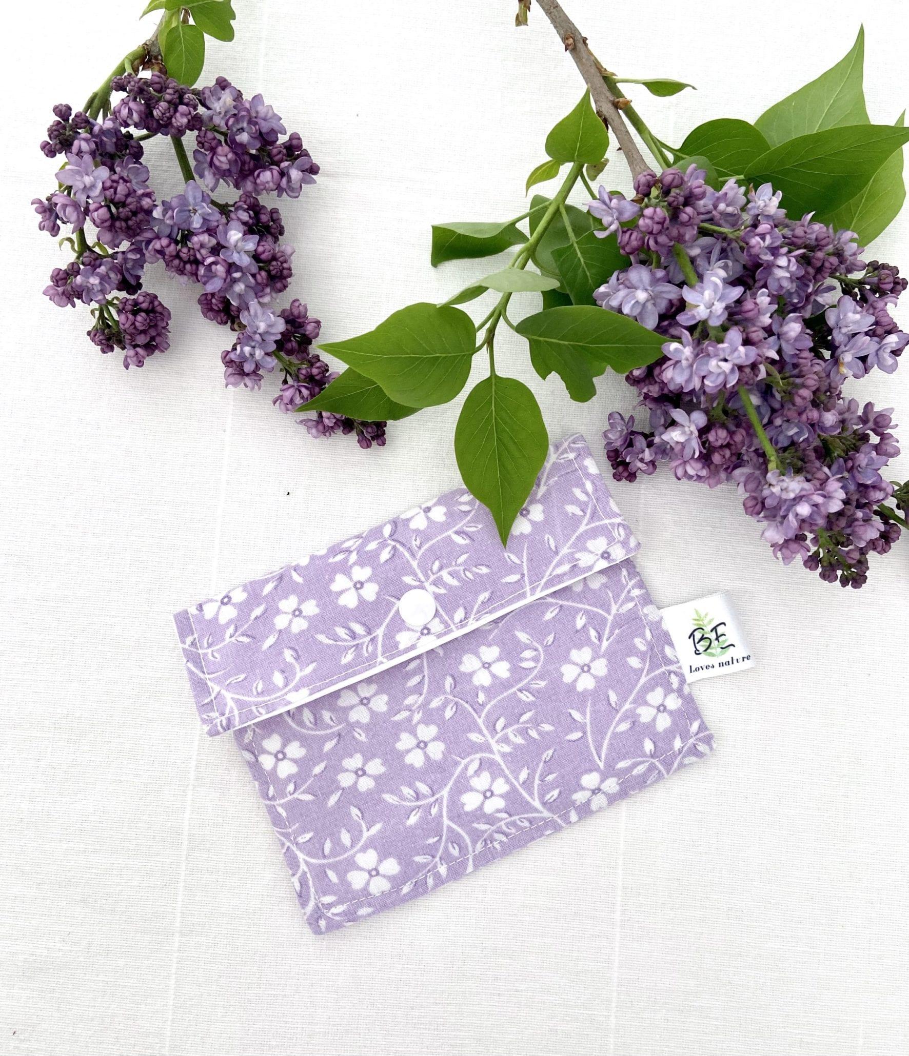 pochette savon imperméable violette fleurs blanches